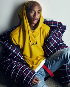Jaden Smith is back in the spotlight. The American star rocks a close-shaven bleached-blond hairstyle as he covers Icon El País. Urban Dresses, Urban Outfits, Cool Outfits, Winter Outfits, Mode Streetwear, Streetwear Fashion, Sneakers Urban, White Sneakers, Jaden Smith Fashion