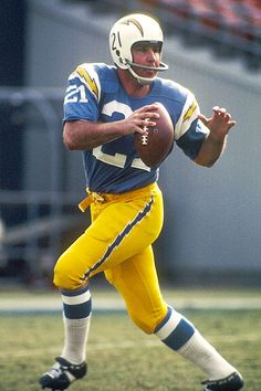 John Hadl, San Diego Chargers - I really miss those Charger uniforms. The lightning bolt on the pants is beautiful. Football Uniforms, Sports Uniforms, Football Memes, Football Players, Football Team, School Football, Football Stuff, American Football League, National Football League