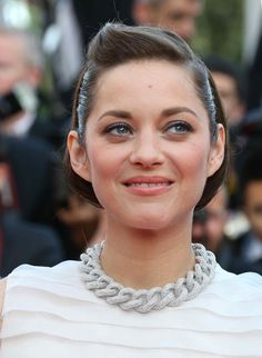 Marion Cotillard en Chopard http://www.vogue.fr/joaillerie/red-carpet/diaporama/les-plus-beaux-bijoux-du-festival-de-cannes-2014-parures-haute-joaillerie-diamants/18735/image/1002586#!marion-cotillard-en-chopard-festival-de-cannes-2014