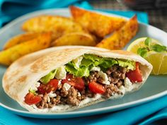 Uncomplicated and delicious food for the whole family: pita bread filled with hack and feta & eatsmarter.de / & The post Pita bread filled with hack and feta appeared first on Food Monster. Greek Pita, Pita Pockets, Greek Seasoning, Carne Picada, Greek Recipes, Ground Beef, Easy Meals, Food And Drink, Healthy Eating