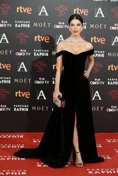Juana Acosta con vestido negro de terciopelo de Isabel Basaldúa, collar de Bárcena yzapatos de Jimmy Choo.