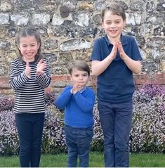 Thoughtful Princess Charlotte helps Prince William and Kate Middleton in new picture Princesa Charlotte, Princesa Diana, Prince Charles, Prince George Alexander Louis, Prince William And Catherine, Prince George Baby, Prince William Family, Lady Diana, Prince Georges
