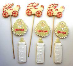 Biscoito Decorado Chá de Bebê - Lindos e gostosos biscoitos amanteigados decorados com glacê real. Embalados com saquinho de celofane e laço de fita de cetim. Há a possibilidade de fazê-los no palito como pirulitos.