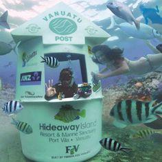 """En el archipiélago de Vanuatu, famoso por sus lugares de buceo, es posible enviar tarjetas postales durante una inmersión. En efecto, ¡una de las islas dispone de un puesto de correos submarino! Bautizado como Hideaway Island, se trata de una verdadera oficina que permite enviar cartas postales """"waterproof"""". Varios empleados se turnan para recibir el correo y mientras está cerrado, hay un buzón postal. #vanuatu #submarino #correos…"""