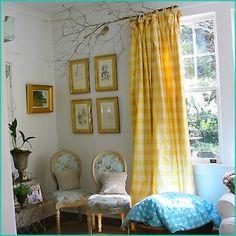 Trädgren som gardinstång. Men framförallt en påminnelse om hur glad man blir av gula gardiner...