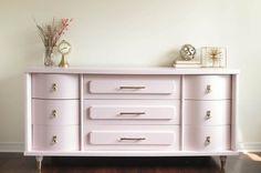 Mediados de siglo modernos blush rosa aparador con detalles en oro, consola de…