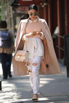 """19 LOOKS DA VANESSA HUDGENS EM NOVA YORK! """"Look basiquinho cheio de graça. Amo a cartela de cores branca+bege, amo as sobreposições do trench com a camisa e a blusa curtinha. É um look muito bem pensado nos mínimos detalhes, fofo de se ver.""""Thereza Chammas do blog Fashionismo ."""