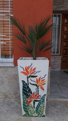 Mosaic Vase, Mosaic Flower Pots, Mirror Mosaic, Flower Vases, Mosaic Art Projects, Mosaic Crafts, Garden Projects, Gutter Garden, Mosaic Furniture
