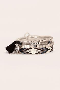 Lot de 4 barcelets argent perles griss/blanc/noir pampilles/pompon Pamila…