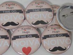 Os buttons sempre fizeram sucesso, principalmente nos EUA, agora no Brasil é forte tendência, ainda mais personalizados, para lembrancinhas, em todos os temas <br>Opção em alfinetes e imã <br>Dimensões : 45mm <br>Opção de lembrancinha barata. <br>Brindes corporativos