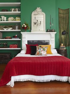 Bedroom makeover inspired by Frida Kahlo, vintage style, emerald green & cherry red. Toaki Okano