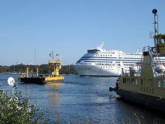 Syyskuussa 2014 – harvinaisempi reitti Silja Symphonylla. Alus oli matkalla Rauman(?) telakalle Korppoon ja Nauvon välisen salmen kautta.
