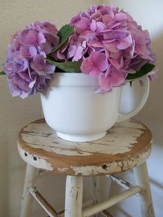 Image via Secret Garden Cottage by Shabby & Charme Bunch Of Flowers, Love Flowers, Beautiful Flowers, Shabby Chic Antiques, Vintage Shabby Chic, Teacup Flowers, Shabby Cottage, Garden Cottage, Nosegay