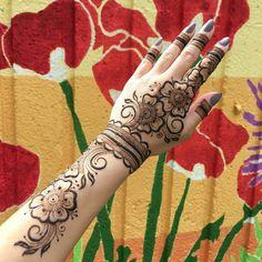 Flower mehndi design by @hennabysolange #mehndi #mehndidesign #henna #hennadesign #hennatattoo #hennaart #mehndiart
