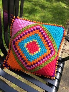 Crocheting in Manchester Granny Square Crochet Pattern, Crochet Squares, Crochet Granny, Crochet Motif, Crochet Designs, Knit Crochet, Crochet Patterns, Crochet Cushion Cover, Crochet Cushions