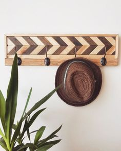 We are sharing inspiration about diy hat rack ideas with any styles. Find the rustic, colorful, wooden, contemporary, and wall mounted hats and caps rack. Rustic Wall Hooks, Modern Wall Hooks, Rustic Wood Walls, Wooden Wall Art, Wooden Decor, Wooden Diy, Wood Art, Diy Furniture Projects, Diy Wood Projects