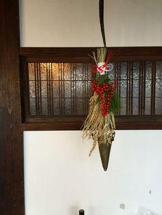 PoulepSympa|プルプサンパ|ブライダルフラワー Japanese New Year, New Year Designs, Green Wreath, Christmas Wreaths, Christmas Ornaments, New Year Holidays, New Years Decorations, Ikebana, Ladder Decor