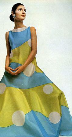 Benedetta Barzini in silk evening dress by Mila Schön, photo by Gian Paolo Barbieri, Linea Italiana, 1968 Sixties Fashion, Mod Fashion, Womens Fashion, Vintage Dresses, Vintage Outfits, 1960s Dresses, Fashion History, Shirt Designs, Marimekko