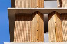 Image 28 of 37 from gallery of Vitacon Itaim Building / Studio - Marcio Kogan + Carolina Castroviejo. Photograph by Pedro Vannucchi Interior Design Magazine, Timber Screens, Timber Cladding, Cladding Ideas, Detail Architecture, Interior Architecture, Building Facade, Building Design, Facade Design