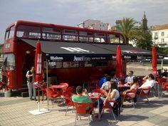 Bar Abbey Road instalado un bonito toldo en el típico autobús inglés, rojo y de dos pisos, situado en Ferrol.