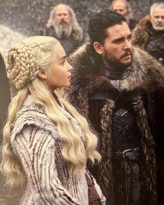 Daenerys targaryen and jon snow Game Of Thrones Tumblr, Arte Game Of Thrones, Game Of Thrones Books, Game Of Thrones Dragons, Danaerys Targaryen Costume, Daenerys Targaryen, Khaleesi, Jon Snow Book, Daena Targaryen
