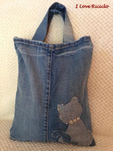 Shopper in jeans con gatto Patchwork Jeans, Denim Crafts, Recycle Jeans, Diy Purse, Denim Bag, Handmade Bags, Purses And Handbags, Pouch, Reusable Tote Bags