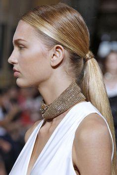 Les différentes façons de porter la ponytail repérées sur les shows : la queue de cheval basse du défilé Lanvin
