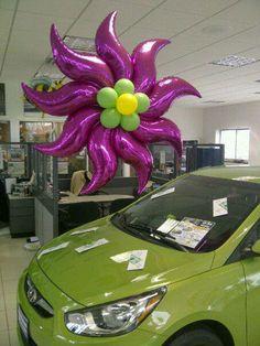 Fab balloon flower (created by Colin Stewart) Flor gigante fucsia hecha de globos metalizados