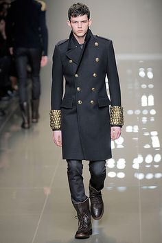 Adore buttons-but the ones on the cuffs are a bit much-otherwise love this coat Burberry Prorsum Fall 2010 collection. Burberry Prorsum, Fashion Show, Mens Fashion, Fashion Design, Fashion Trends, Military Style Coats, Mein Style, Military Fashion, Military Man