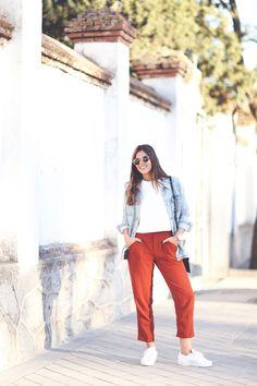 värvid, pükste värv ja materjal ja lõige, kombinn tennistega ja teksajakk peale helesinine ja punane kombo + neutraalne valge