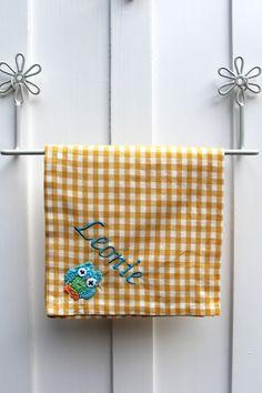 ♥ Herzilein Wien ♥ Serviette mit Eule in Gelb - gestalten Sie diese mit Ihrerer persönlichen Stickerei! #herzileinwien Napkins, Owls, Embroidery, Towels, Dinner Napkins