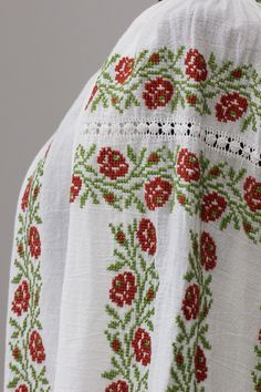Ie Romaneasca Floriana - Chic Roumaine Folk Embroidery, Learn Embroidery, Hand Embroidery Designs, Embroidery Stitches, Palestinian Embroidery, Free To Use Images, Fairy Clothes, Folk Fashion, Animal Design