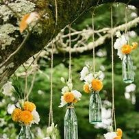 Une petite bouteille en verre et un bouquet peuvent devenir une belle suspension  jardin mariage pinterest déco