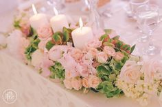 Aranjament masa mirilor cu lumanari si hortensii, unele din cele mai iubite flori: hortensie si bujori, sunt prezente in acest aranjament gratios