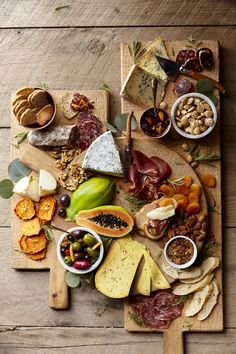 ▷ Ideen zum Thema die perfekte Käseplatte anrichten + Tipps zum… Cheese platter: two chopping boards with three kinds of salami and two kinds of bread, dried fruits and nuts, different fresh spices, halved papaya fruit