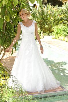 Ladybird 316034, collectie 2016 Een prachtige trouwjurk in een A-lijn. De jurk heeft mooie accenten zoals de ronde halslijn en een bandje…