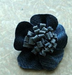 reuse and recycle for clothes - crafts ideas - crafts for kids Jean Crafts, Denim Crafts, Denim Flowers, Faux Flowers, Tissue Flowers, Fabric Flowers, Ribbon Crafts, Flower Crafts, Blue Jean Quilts