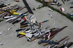 Más de 100 armas blancas -incluidas hachas y machetes-, drogas, teléfonos móviles y 8.000 euros han sido incautados en la prisión de Támara. La operación forma parte de un operativo nacional que únicamente excluye el departamento de La Paz.