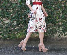 Blog Caca Dorceles. 2015. Meu Look: Blusa e Saia Midi Florais. Details: Zara midi skirt + Anamac belt + Luiza Barcelos shoes + Zara bag.