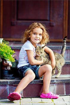 Cute little girl and her cat - Summer Days Animals For Kids, Baby Animals, Cute Animals, Funny Animals, Precious Children, Beautiful Children, Happy Children, I Love Cats, Cool Cats