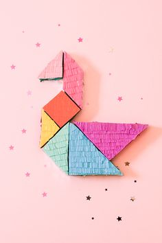 If you're into the whole DIY party thing, you have to try this tangram piñata! Check it out on Handmade Charlotte , and see how to turn it. Mini Pinatas, Pinatas Diy, Clif Bars, Diy Party Things, Diy Piñata, Easy Diy, Diy Crafts, Tangram, Mini Balloons