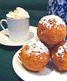 Buñuelos are similar to doughnut holes and are a traditional Colombian holiday treat but lets be honest, they're great year round. Food Truck, Gourmet Recipes, Mexican Food Recipes, Guatemalan Recipes, Guatemalan Food, Columbia Food, Columbian Recipes, Colombian Cuisine, Comida Latina