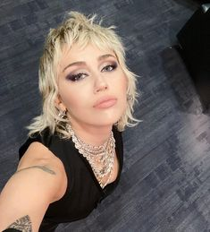 Rock Makeup, Beauty Makeup, Hair Makeup, Hair Inspo, Hair Inspiration, Miley Cyrus Hair, Retro Makeup, Alternative Hair, Celebrity Pictures