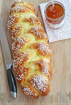 TRESSE À LA FLEUR D'ORANGER If you are going into baking, there is a little book that everyone should have: Small cooking workshops: Boulan … Cooking Bread, Cooking Chef, Cooking Recipes, Bread And Pastries, Brioche Bread, Masterchef, Bread Machine Recipes, Croissants, Artisan Bread