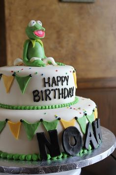Kermit cakes | Kermit popped right out of the cake! Surprise!