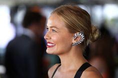 Manual de uso de los ear lobes: La modelo y socialité australiana Lara Bingle es una de las adeptas a estas piezas que parecen sacadas de otra era. En la imagen, con una joya que le confiere una apariencia élfica al redibujar la oreja con forma puntiaguda.