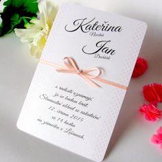 Svatební oznámení Rozměry: 10,5 x 15 cm. Svatební oznámení je vyrobené z krásné a kvalitní perleťové čtvrtky vysoké gramáže. Po stranách jsou drobné světlounce růžové puntíky, karta je ozdobená starorůžovou stužkou a bílou perličkou. Písmo i text je ilustrativní, na úpravách se dohodneme vnitřní poštou. Obálka je v ceně oznámení. Den, Program, Place Cards, Place Card Holders, Weddings, Bodas, Wedding, Mariage