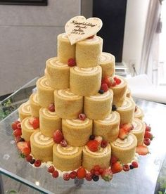 ロールタワーのウェディングケーキ