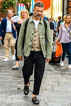 Vintage Spring Jackets Ideas That Men Must Have - We all know that spring weather is considered as to be the most friendly and loved time of year. Because it is not too hot and not too cold and this i. Stylish Men, Men Casual, Mature Mens Fashion, Look Street Style, Look Man, Spring Jackets, Men's Wardrobe, Looks Style, Mode Style