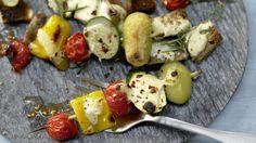 Die aufgespießte Köstlichkeit aus der Türkei: Gemüse-Kebabs mit Joghurt   http://eatsmarter.de/rezepte/gemuese-kebabs